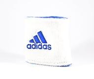 Blaue und weiße Adidas-Manschette - lokalisiert Lizenzfreie Stockbilder