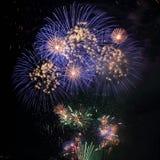 Blaue und weiße Feuerwerke mit schwarzem Hintergrund Lizenzfreies Stockbild
