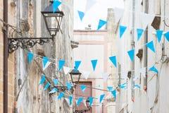 Blaue und weiße Flagge Presicce, Apuliens - in den Straßen zum cele stockfotos