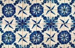Blaue und weiße Fliesen Stockfotografie