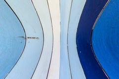 Blaue und weiße gestreifte hölzerne Wand Stockbild