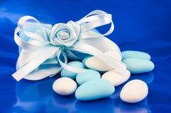 Blaue und weiße Hochzeit gezuckerte Mandeln Stockbilder