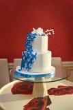 Blaue und weiße Hochzeitstortenahaufnahme mit Braut und Bräutigam auf die Oberseite Lizenzfreie Stockfotografie