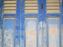 Blaue und weiße Holztür der Schalenfarbe Lizenzfreies Stockfoto