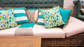 Blaue und weiße Kissen auf einem Sofa, wie vom Innenarchitekten angeredet Stockbild