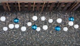 Blaue und weiße Kunstlampen stockbilder
