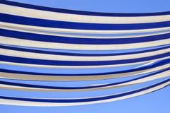 Blaue und weiße Markise Lizenzfreies Stockbild