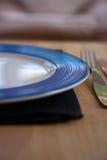 Blaue und weiße Platte mit Gabel Stockfotografie