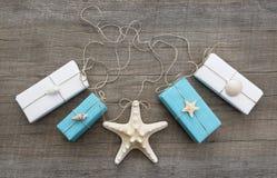 Blaue und weiße schäbige Chicgeschenke verziert mit Oberteilen Lizenzfreie Stockbilder