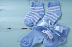 Blaue und weiße Socken der Babykindertagesstätte mit Kopienraum Stockfotos