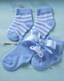 Blaue und weiße Socken der Babykindertagesstätte und Attrappe Stockfotografie