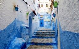 Blaue und weiße Straße in Chefchaouen, Marokko Stockfotos