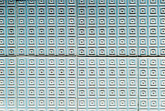 Blaue und weiße strukturierte portugiesische Fliesen Stockfoto
