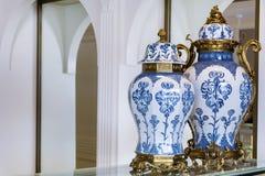 Blaue und weiße Tonwaren-Vasen Stockfotos