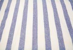 Blaue und weiße vertikale gestreifte Tischdecke Stockfotos