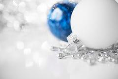Blaue und weiße Weihnachtsverzierungen auf hellem Feiertagshintergrund Stockbilder