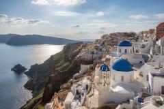 Blaue und wei?e gew?lbte Kirchen auf griechischer Insel Santorini, Oia Stadt, Santorini, Griechenland stockfotos