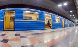 Blaue Untergrundbahn, die am U-Bahnhof steht Stockfoto