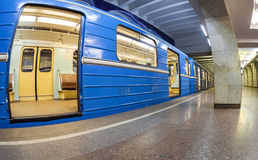 Blaue Untergrundbahn, die am U-Bahnhof steht Breites angl Lizenzfreies Stockbild