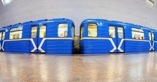 Blaue Untergrundbahn, die am U-Bahnhof steht Breites angl Lizenzfreie Stockfotos