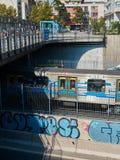 Blaue Untergrundbahn mit Graffiti stockfoto