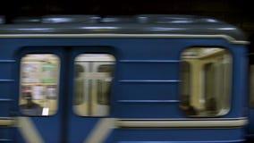 Blaue Untergrundbahn mit Leuten innerhalb der Beschleunigung, Ansicht von der Metrostation Schließen Sie oben für Fenster der Unt stock video