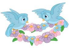 Blaue Vögel, die Blumen tragen Stockbild