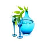 Blaue Vasen- und Weingläser Stockfotografie