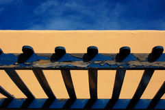 Blaue Veranda, gelbes Haus lizenzfreie stockbilder