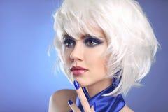 Blaue Verfassung Blonder Bob Hairstyle Blondes Haar Mode-Schönheit Gi Stockfoto