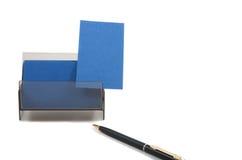 Blaue Visitenkarte in einem Kasten auf weißem Hintergrund Lizenzfreie Stockfotografie