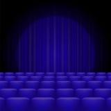Blaue Vorhänge mit Scheinwerfer und Sitzen Lizenzfreies Stockfoto