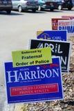 Blaue Wahlabstimmung unterzeichnet entlang der Straße, die Shawn Harrison-Tanne Parlamentsgebäude-Bezirk 63 wählt lizenzfreie stockfotografie