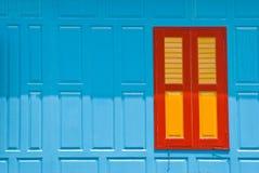 Blaue Wand mit geschlossenem Fenster Stockbild