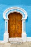Blaue Wand und Tür Lizenzfreie Stockfotos