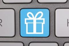 Blaue weiße Geschenk-Symbole auf Tastatur Stockfoto