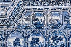 Blaue weiße Malereien auf einem mit Ziegeln gedeckten Ofen Stockfoto