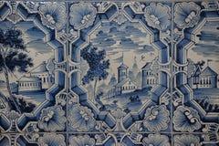 Blaue weiße Malereien auf einem mit Ziegeln gedeckten Ofen Lizenzfreies Stockfoto