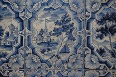 Blaue weiße Malereien auf einem mit Ziegeln gedeckten Ofen Lizenzfreies Stockbild