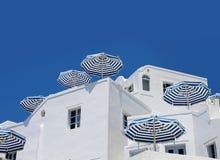 Blaue weiße Sonnenschutzregenschirme Stockbilder
