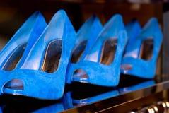 Blaue weibliche Schuhe Stockbilder
