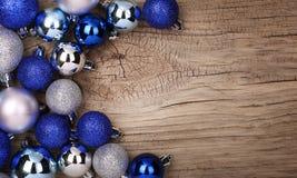 Blaue Weihnachtsbälle über hölzernem Hintergrund Lizenzfreie Stockfotos