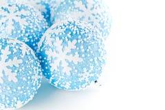 Blaue Weihnachtsbälle Stockfotos