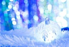 Blaue Weihnachtsbälle auf weißem Pelz Stockbild