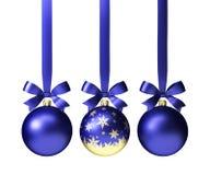 Blaue Weihnachtsbälle, die am Band mit den Bögen, lokalisiert auf Weiß hängen Stockfotos