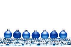 Blaue Weihnachtsbälle mit Perlen Lizenzfreie Stockbilder