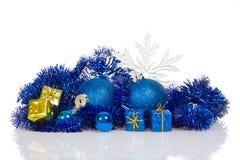 Blaue Weihnachtsbälle und blau, Goldgeschenkboxen Stockbild