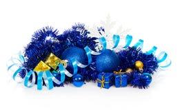 Blaue Weihnachtsbälle und blau, Goldgeschenkboxen Stockfotos