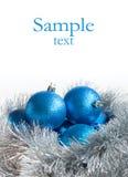 Blaue Weihnachtsbälle und silbernes Lametta stockbilder