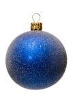 Blaue Weihnachtsbaumkugel, getrennt Stockfotografie